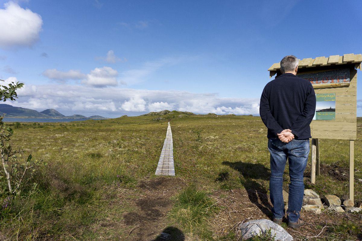 Der Beginn des Wanderweges gaukelte Sicherheit durch einen Holzsteg vor. Hielt nur nicht lang. Die Gegend ist nämlich eine Moorlandschaft.