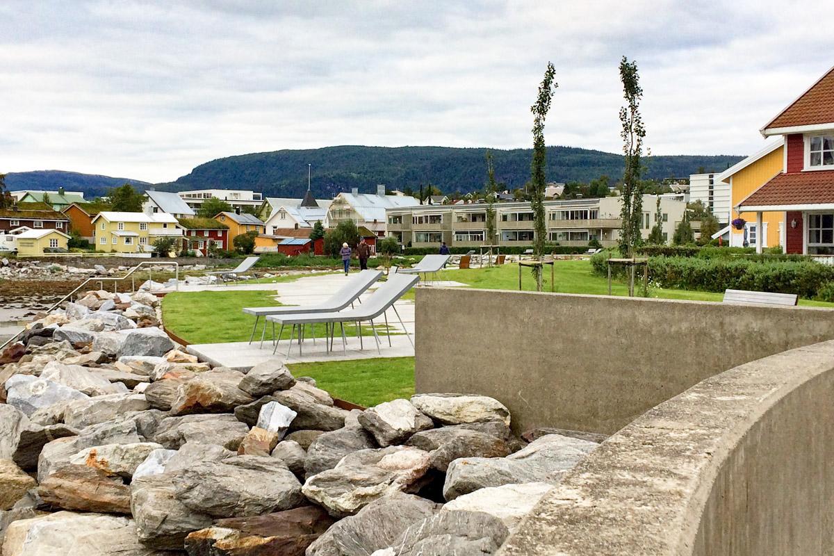 An der Strandpromenade gab es auch gleich fest installierte Sonnenliegen aus Beton