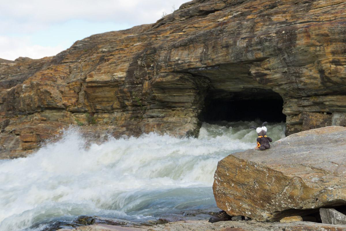 Karlchen hat den Abfluss des Gletschersees entdeckt.
