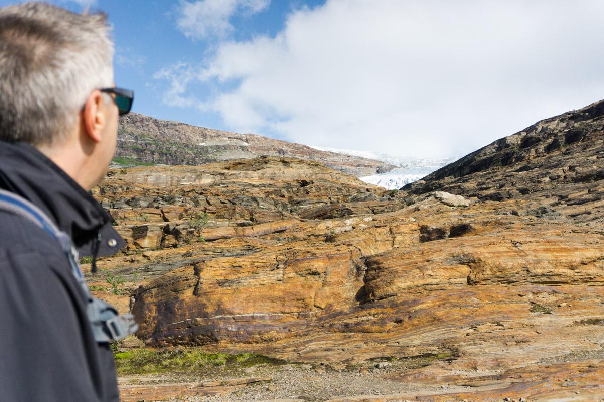 Mannshohe Schiefersteinplatten mussten auf dem Weg zum Gletscher überwunden werden