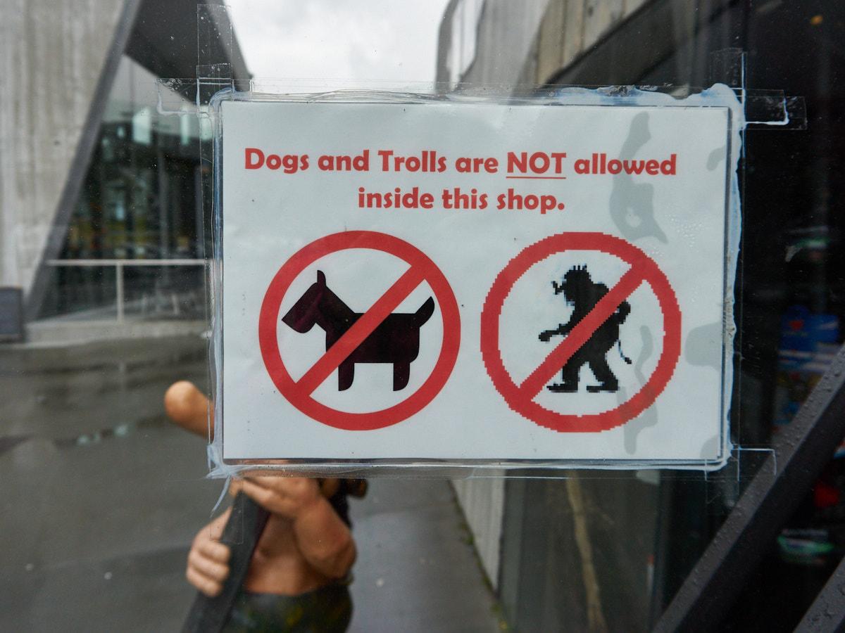 Nur nur Hunde, sondern auch die ortsansässigen Trolle dürfen das Café hoch auf dem Berg nicht betreten.