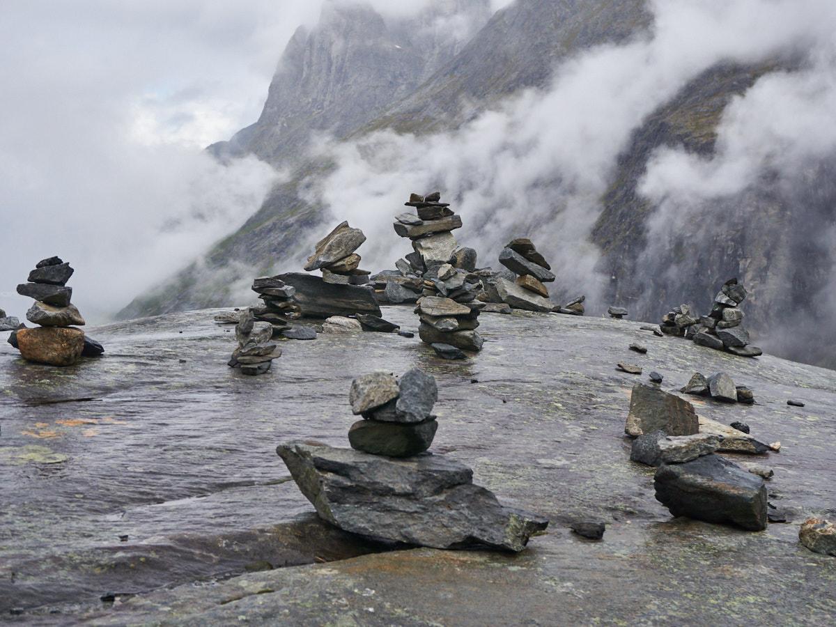 Steinmännchen finden sich zu Hauf in Norwegen. Auch bei den Trollstigen dürfen sie nicht fehlen. Bis nah an die Kante wurden die Kunstwerke aufgeschichtet.