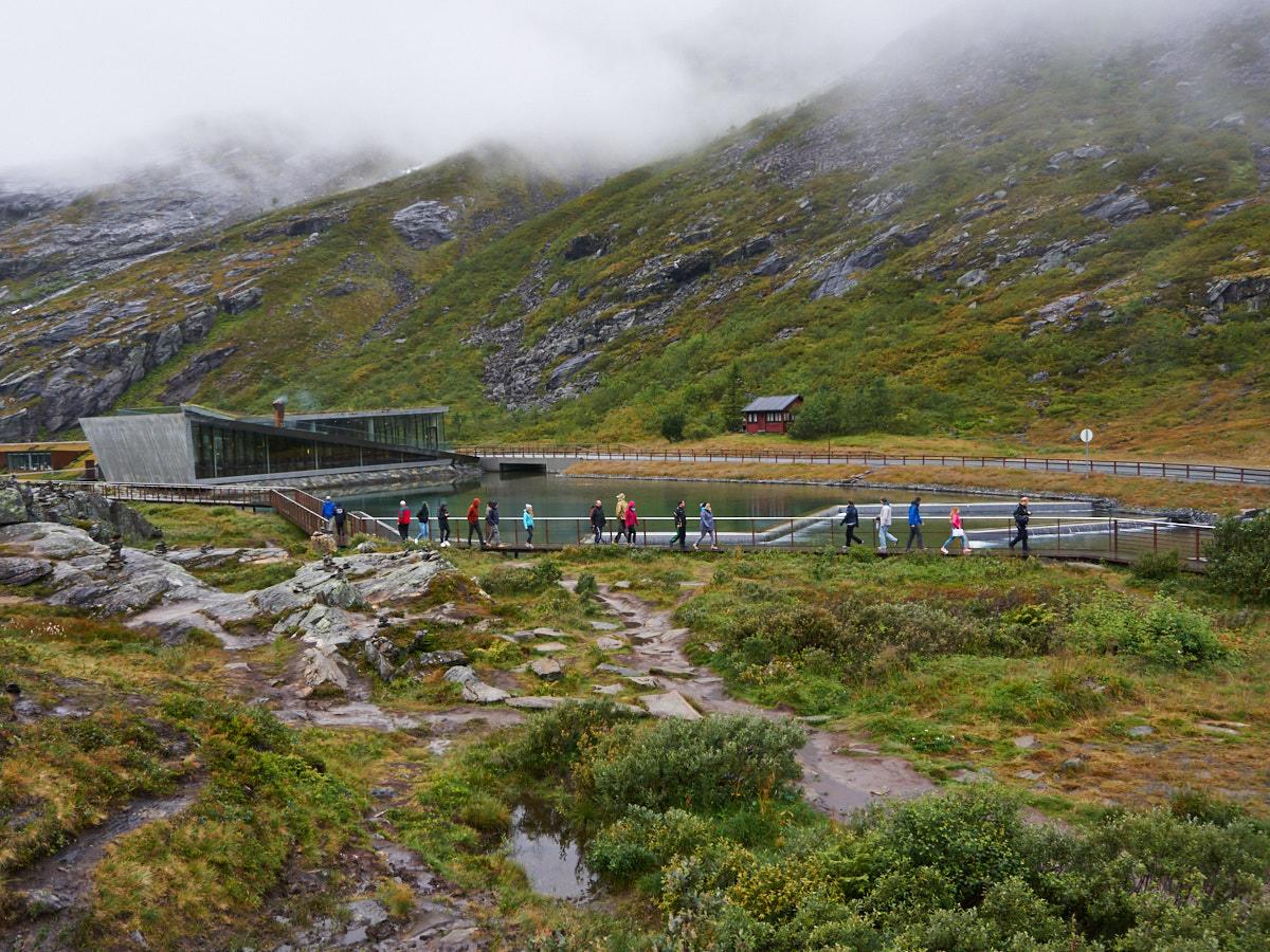Trotz Regen und Nebel schlängelt sich die Besucherschlange vom Parkplatz am Café zur Aussichtsplattform.