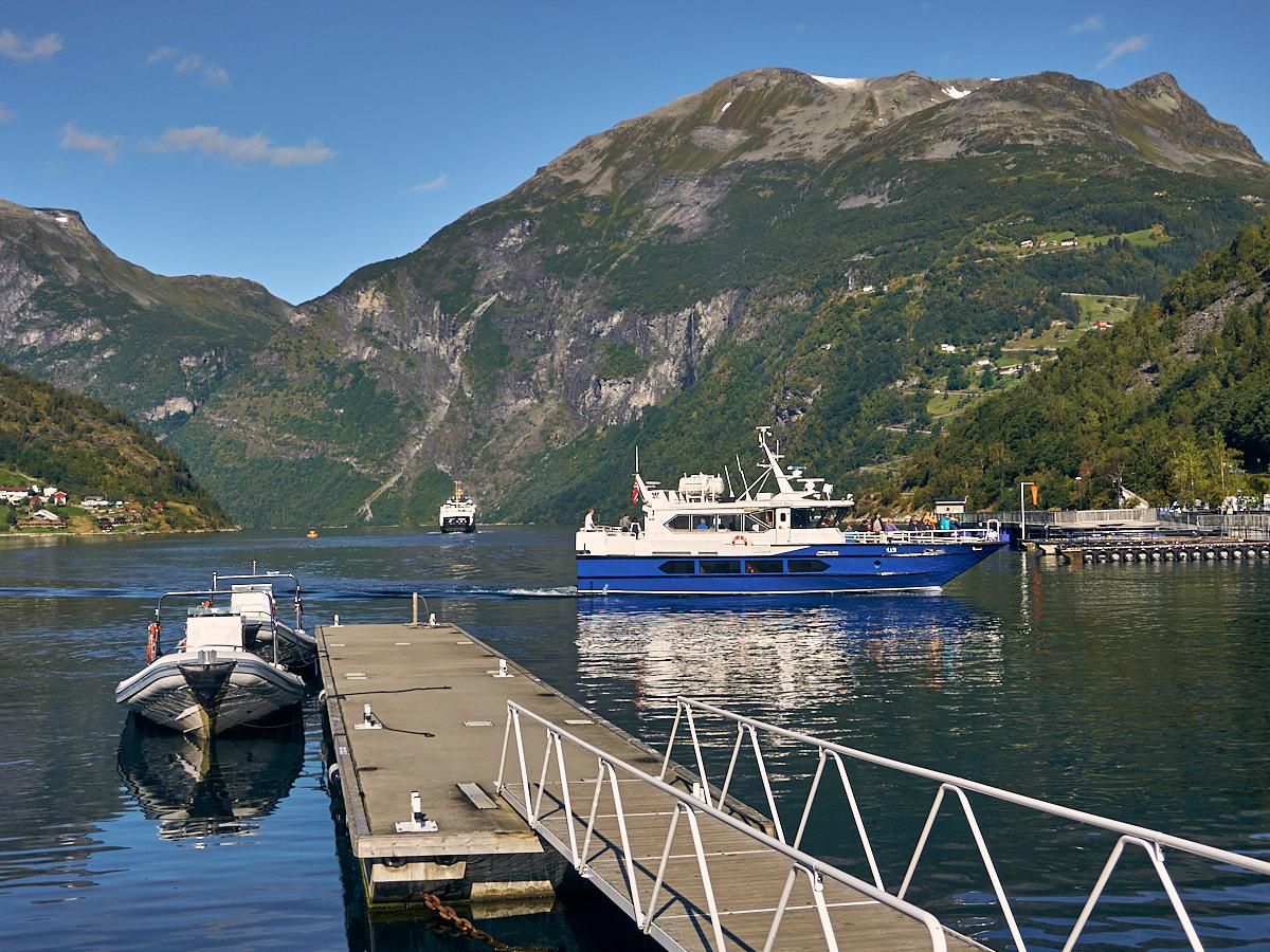 Blick vom Hafen auf ein Ausflugsboot