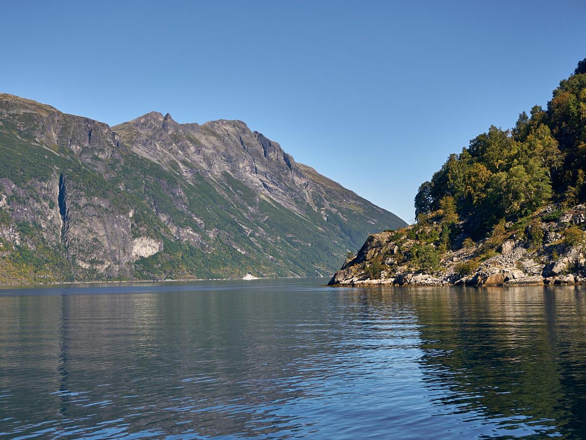 Der Fjord lichtet sich und biegt nach rechts Richtung Meer ab. Hier kehren wir um.