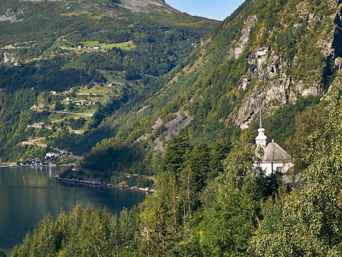 Die Kirche von Geiranger thront hoch oben über dem Fjord.
