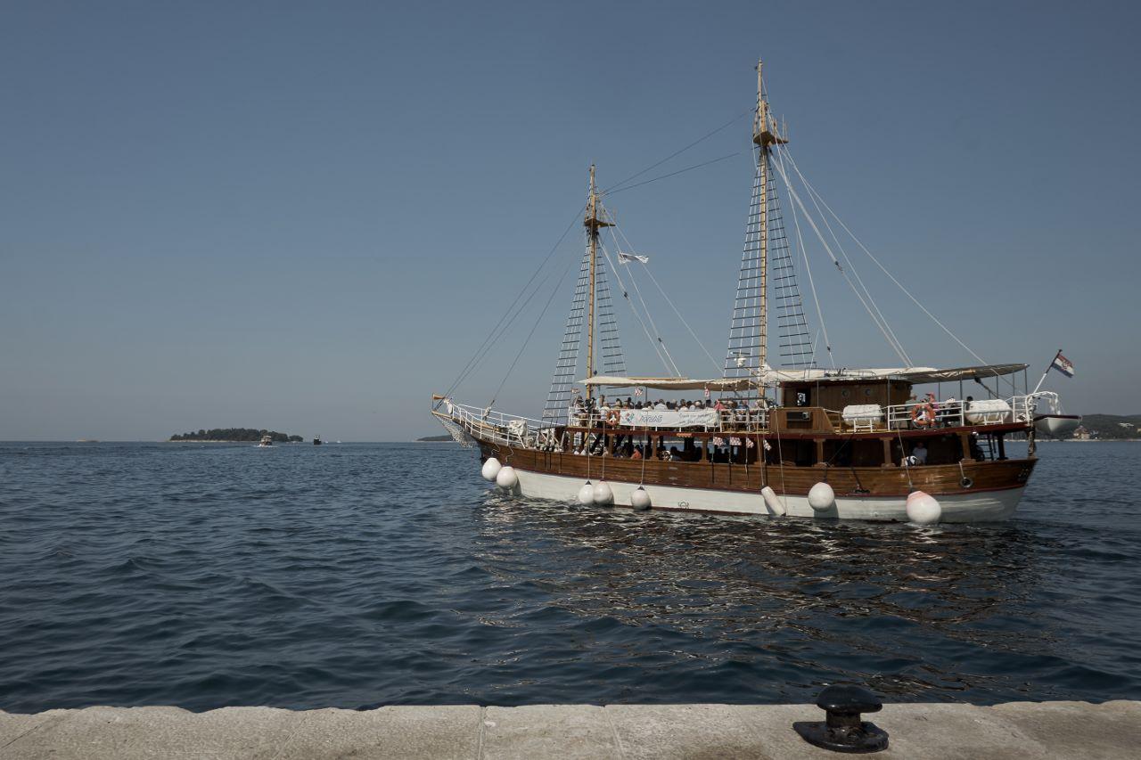 Wer möchte, kann mit dem Piratenschiff einen Ausflug machen.