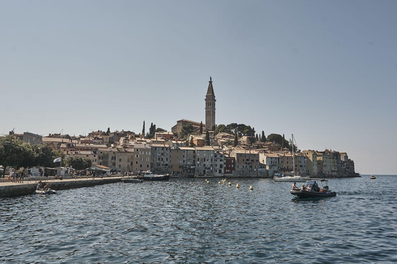 Blick vom nördlichen Hafen auf die auf einem Hügel gelegene Altstadt.
