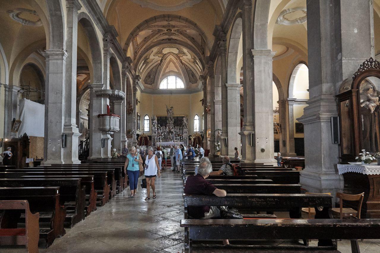 Dem Innenraum der Kirche sieht man klar den venezianischen Einfluss an.
