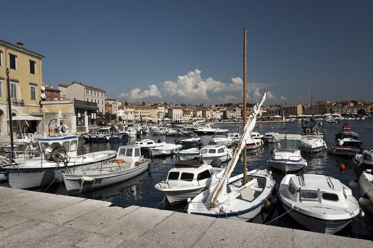 Im südlichen Hafen liegen kleine und große Boote vor Anker.
