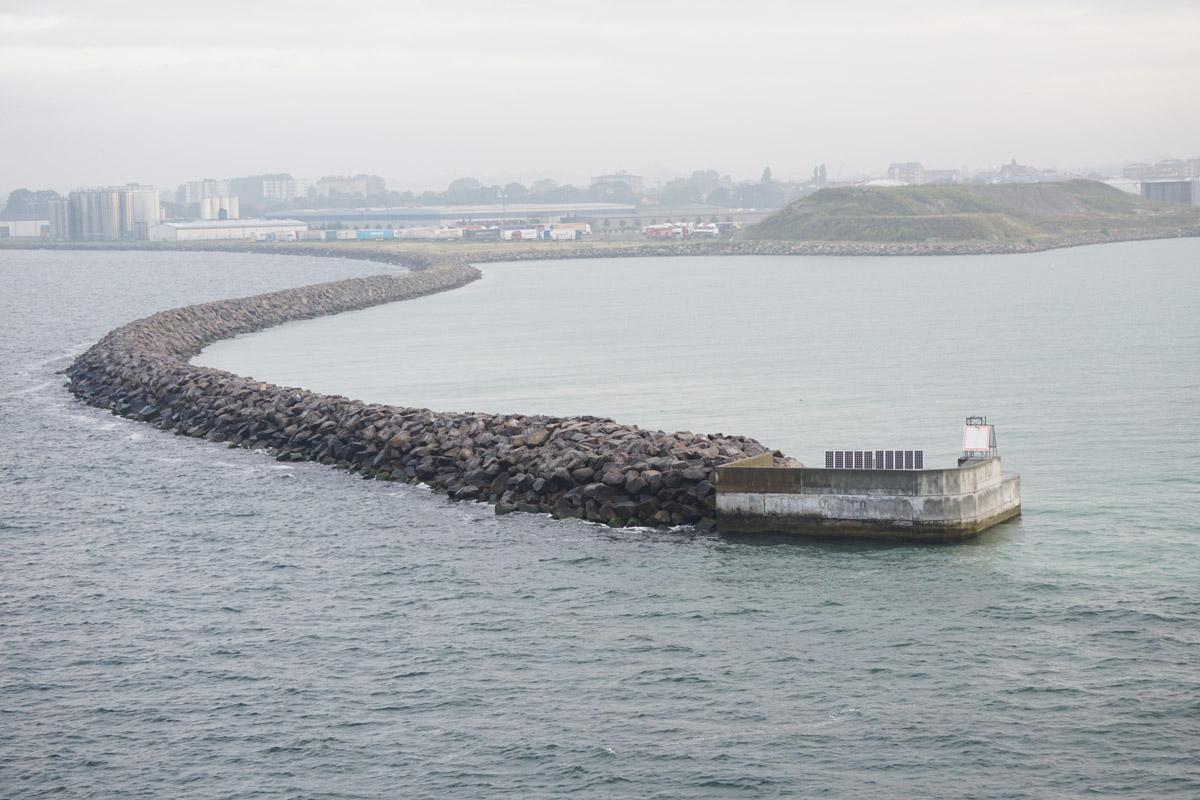 Sicht von Backbord (links) – der Hafen von Trelleborg taucht im Dunst auf