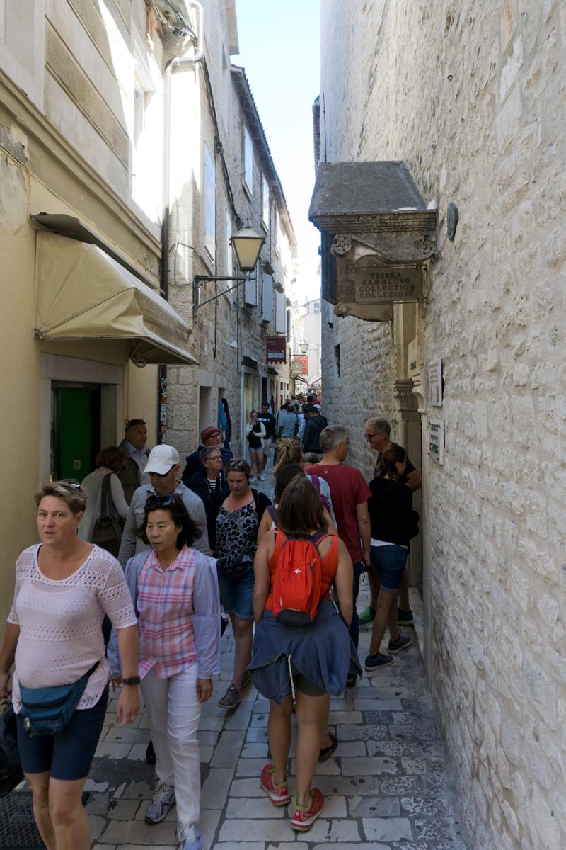 In Trogir gibt es Gassen mit vielen Menschen, aber auch verwunschene Orte.