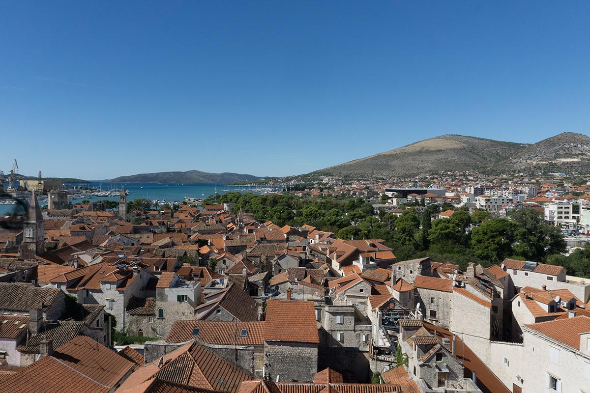 Blick über die Dächer Trogirs auf Berge und Meer