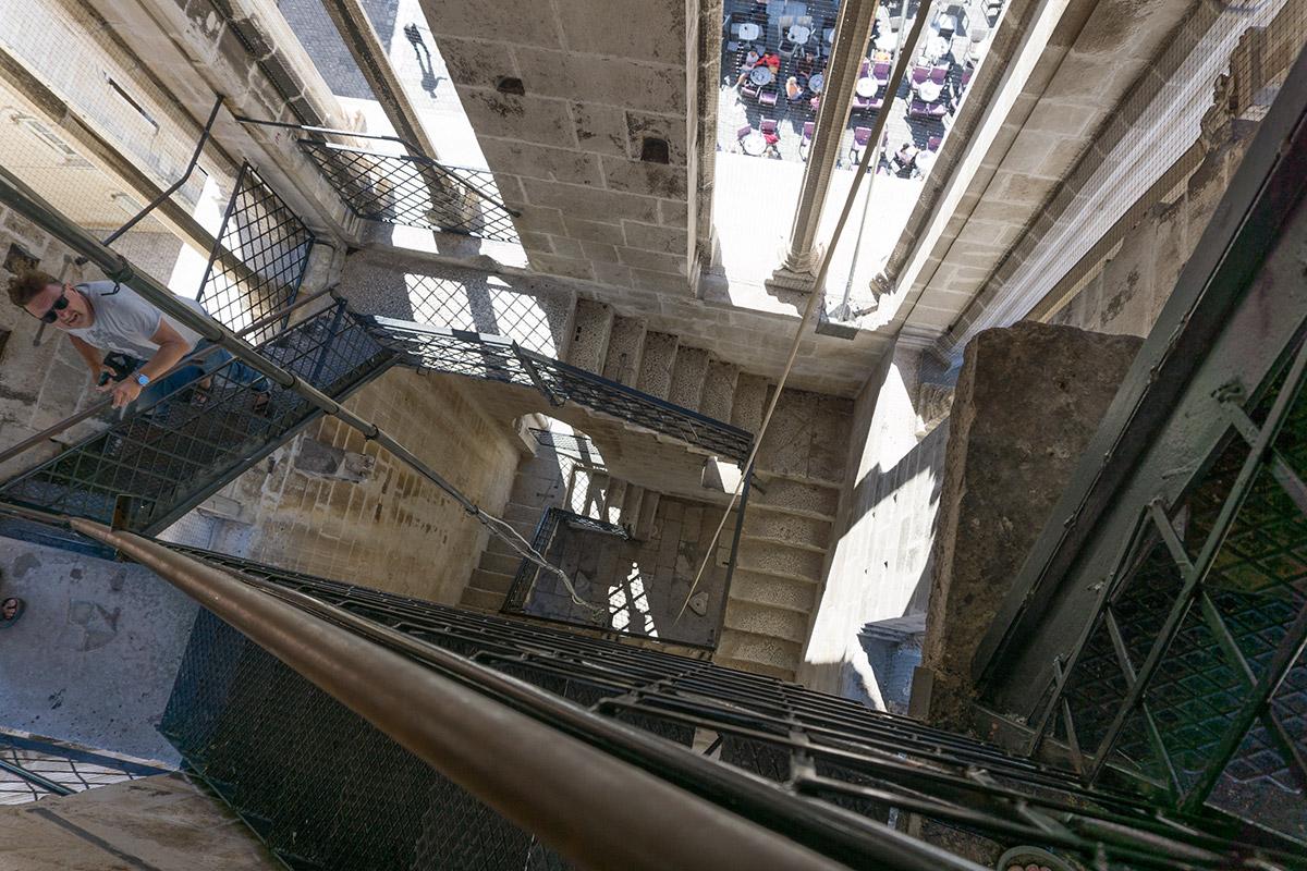 Der Glockenturm präsentiert sich mit offenen Seitenfenstern, teilweise ohne Geländer. Ein Traum für Höhenangstgeplagte.