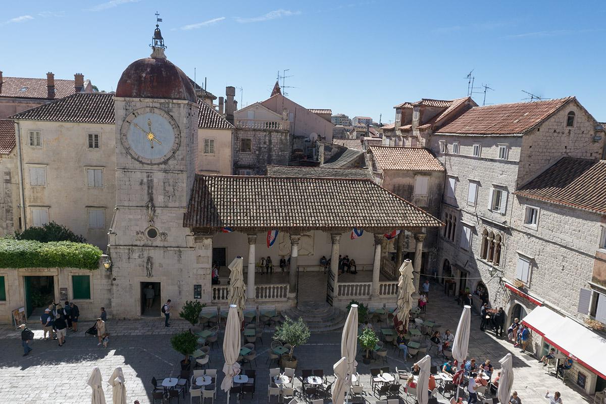 Ein paar Gäste machen es sich zu Füßen der Kathedrale gemütlich.