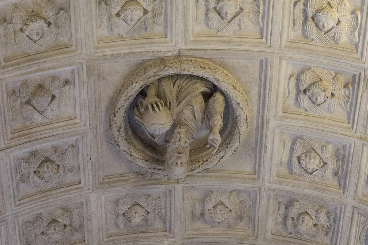 Der hl. Laurentius schaut von oben aus der Decke auf uns herab.