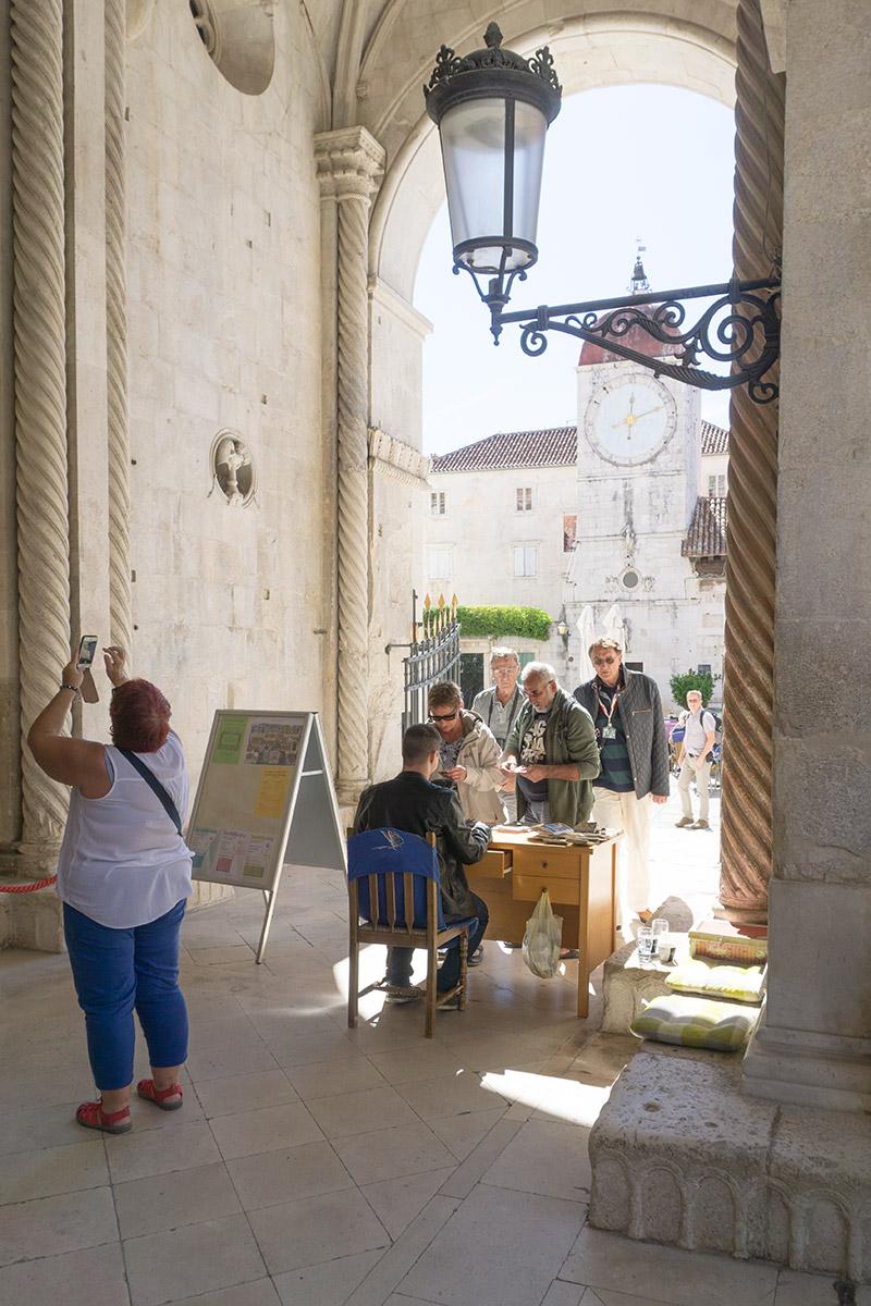 Der Kassierer in der Kirche hat in Trogir einen schönen Platz gefunden.