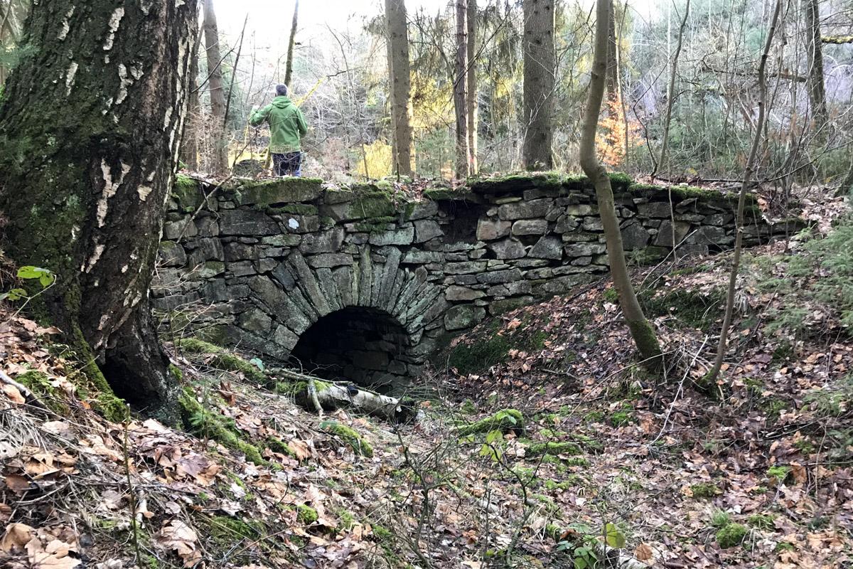 Sieht schon mal aus wie ein Graben mit Brücke. Ein Wegsymbol ist aber nicht zu sehen.