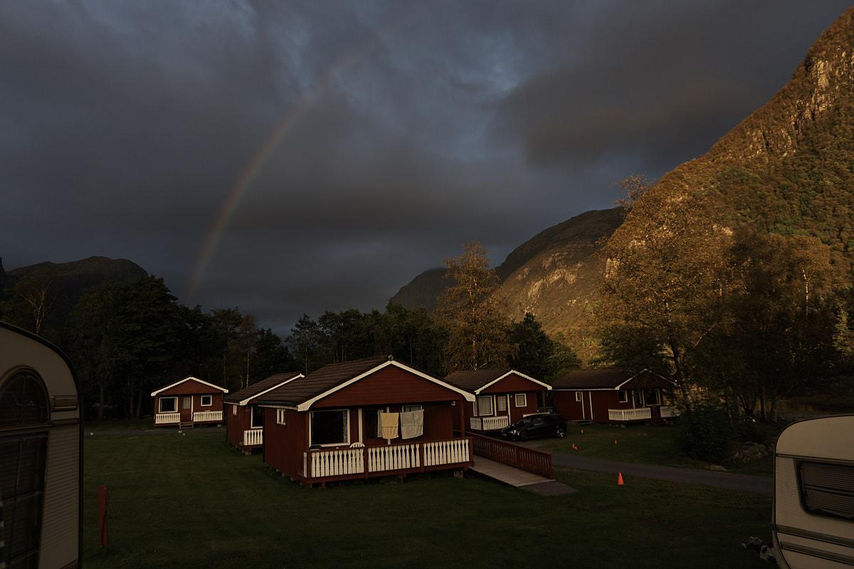 Abendlicher Regenbogen über dem Campingplatz
