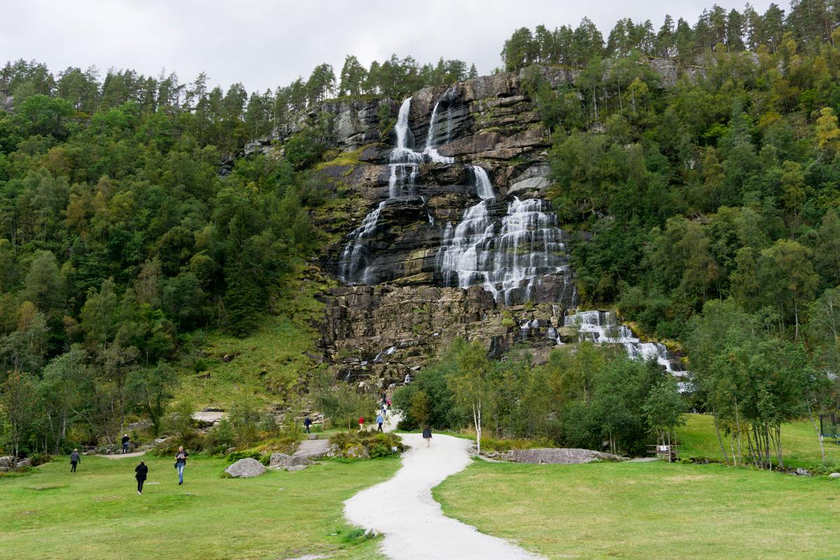 Der erste Wasserfall auf dem Weg nach Süden ist der Tvindefossen-Wasserfall.