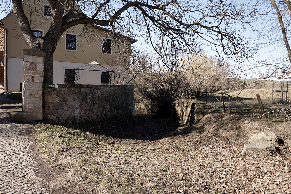 Rechts neben dem Haus geht der Weg weiter.