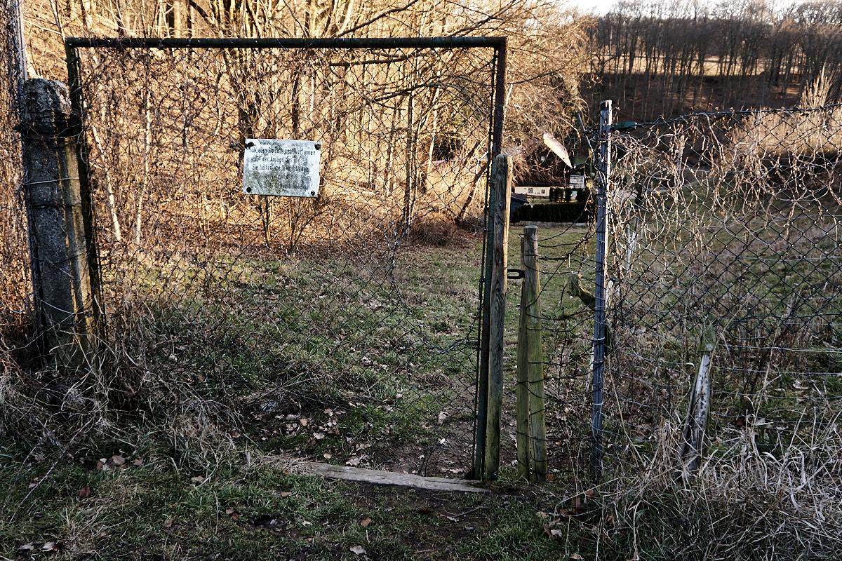 Bitte Tor schließen als Schutz vor Wildschäden.