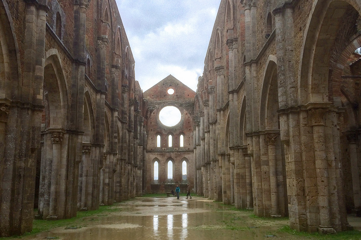 Sonne und Regen gelangen ungehindert in den Innenraum des 70 m langen Sakralbaues.