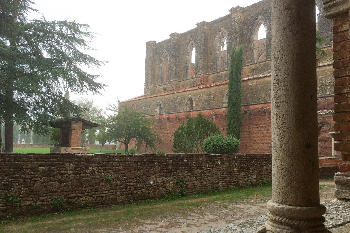 Erbaut wurde das Kloster im 12. Jahrhundert zu Ehren des bekannten Ritters und späteren Mönchs Galgano Guidotti.