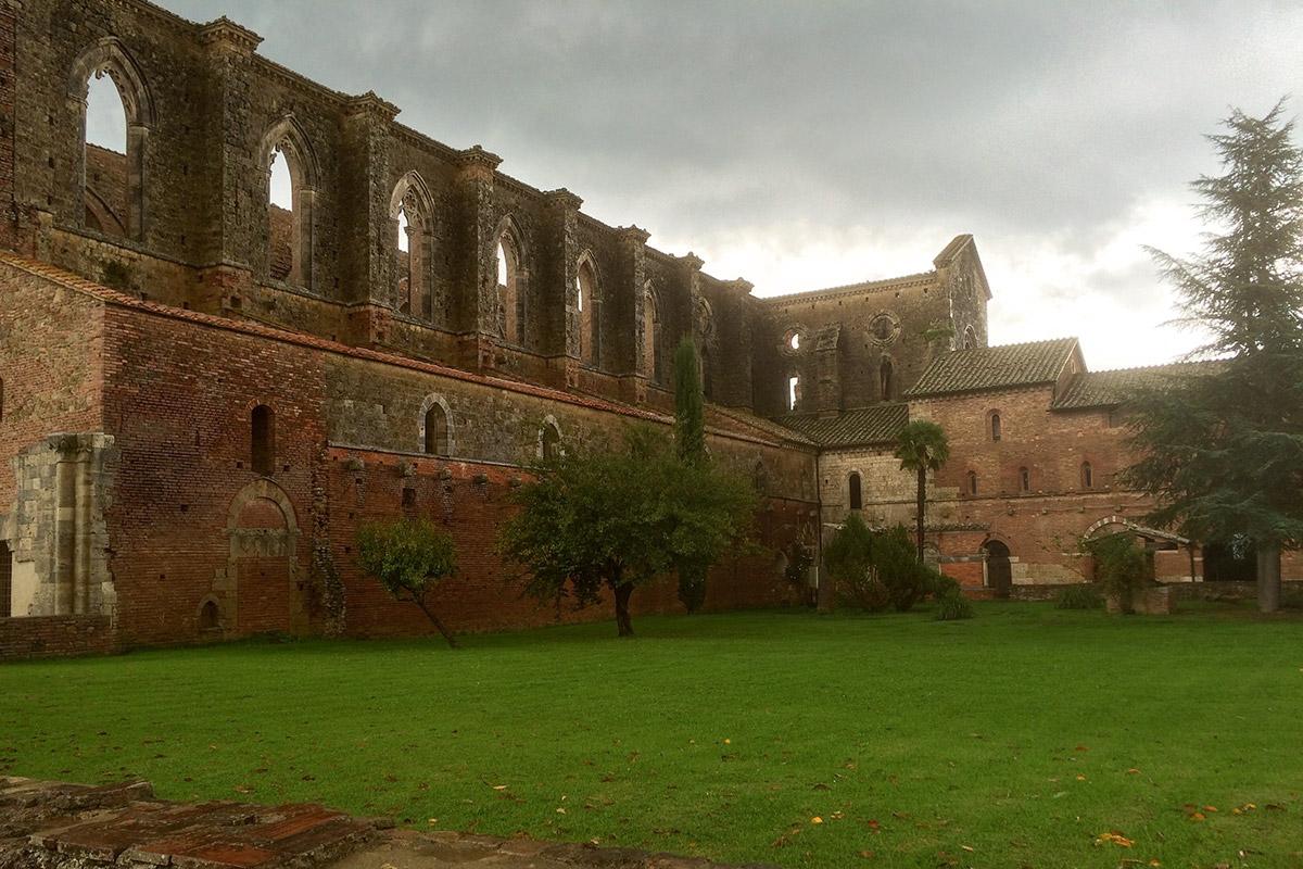 1783 stürzten der Glockenturm und die meisten Gewölbe der Kirche ein.