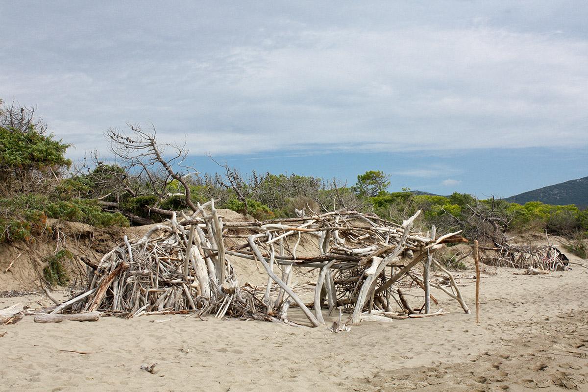 Die etwas andere Sandburg - Von Sonne und Meer gebleichtes Pinienholz kunstvoll aufgeschichtet.