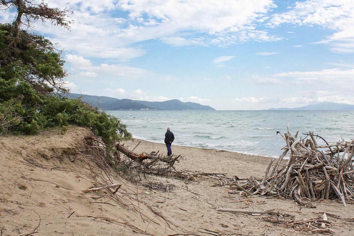 Am Strand sieht man in südlicher Richtung in der Ferne die Halbinsel Monta Argentario.